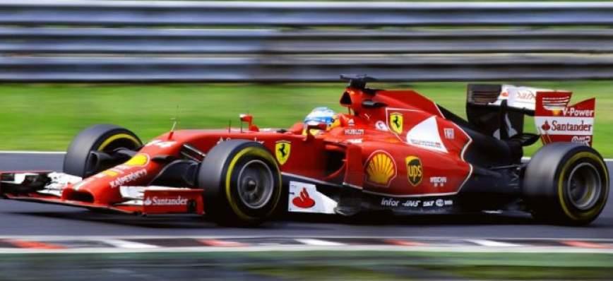 rotes Formel 1 Auto auf der Rennstrecke
