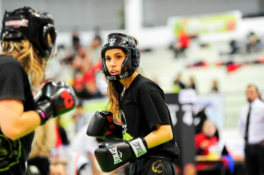 Eine Kickboxerin kämpft gegen eine andere!